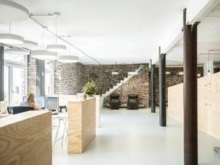 Erdgeschoss:  Bürogebäude von AGNES MORGUET Innenarchitektur & Design