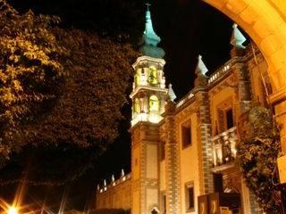 Templo de Santa Rosa visto desde los arcos en la calle Ezequiel Montes:  de estilo  por Icaro Studio
