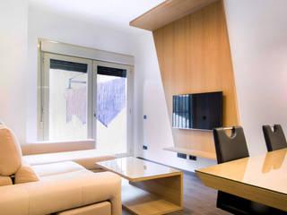 Reforma de la vivienda de Mario en Chamartín, Madrid: Salones de estilo moderno de Empresa constructora en Madrid