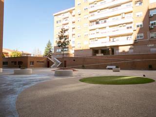 modern Garden by Estudio de Arquitectura e Interiorismo
