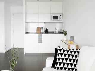 Reforma de apartamento en Alicante: Cocinas de estilo  de V+M ARQUITECTOS