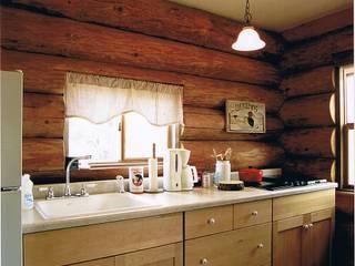 Log Cabin beside Japan Alps Cocinas de estilo rural de Cottage Style / コテージスタイル Rural Madera Acabado en madera