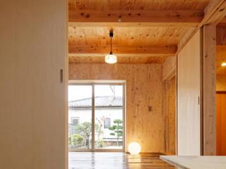 Minimalist living room by 井上貴詞建築設計事務所 Minimalist