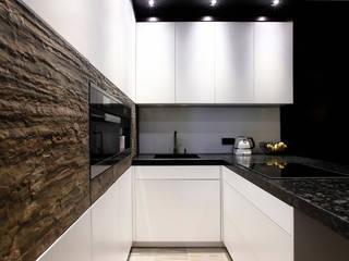 Elegancki apartament, w którym króluje czerń Nowoczesna kuchnia od FLOW Franiak&Caturowa Nowoczesny