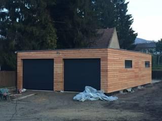 Garage/Rimessa in stile moderno di Naturmont Moderno Legno Effetto legno