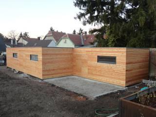 Garage + Gartenhaus: moderne Garage & Schuppen von Naturmont