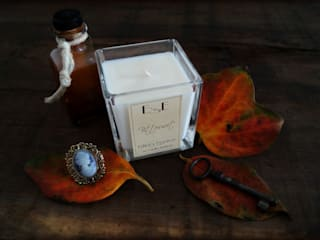 Luxury Candles di Esther's Essence Candles Moderno