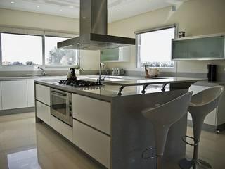 Casa V: Cocinas de estilo  por Estudio PM