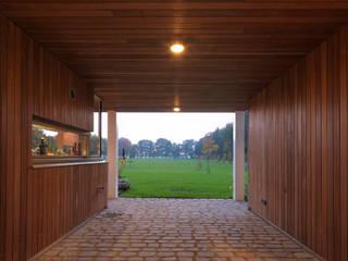 Corredores, halls e escadas campestres por De Zwarte Hond Campestre