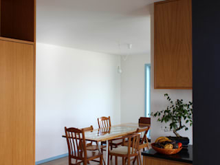 Minimalist corridor, hallway & stairs by crónicas do habitar Minimalist