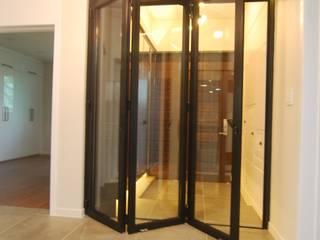 다한디자인 Pasillos, vestíbulos y escaleras de estilo moderno Vidrio Negro