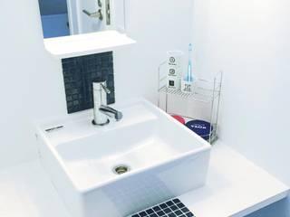 清潔感のある洗面所: 高嶋設計事務所/恵星建設株式会社が手掛けた浴室です。,