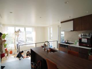 オリジナルキッチンのあるみんなの居場所: 株式会社TERRAデザインが手掛けたダイニングです。