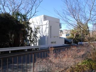 緑に囲まれた白い箱: 株式会社TERRAデザインが手掛けた家です。
