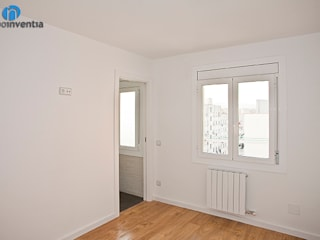 Reforma integral en calle Huelva de Barcelona Dormitorios de estilo moderno de Grupo Inventia Moderno