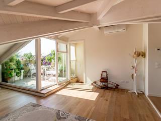 Mansarda open space di Bartolucci Architetti Moderno