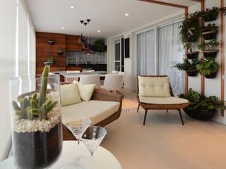 Balcones y terrazas de estilo ecléctico de Cláudia Hypolito Arquitetura & Interiores Ecléctico