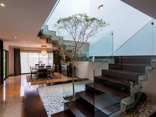 Escalera Pasillos, vestíbulos y escaleras modernos de aaestudio Moderno
