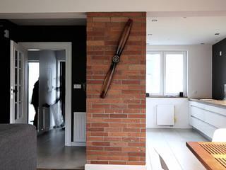 Przedpokuj i część salonu: styl , w kategorii Ściany zaprojektowany przez Hansloren