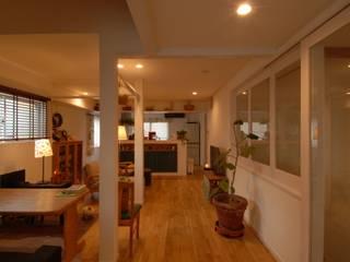 居間のくつろぎ空間その2: 株式会社TERRAデザインが手掛けたリビングです。