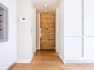 CHALET MONTEALINA Pasillos, vestíbulos y escaleras de estilo moderno de Tarimas de Autor Moderno Madera Acabado en madera