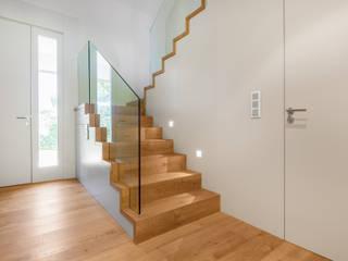 Corredores, halls e escadas modernos por Tarimas de Autor Moderno Madeira Acabamento em madeira
