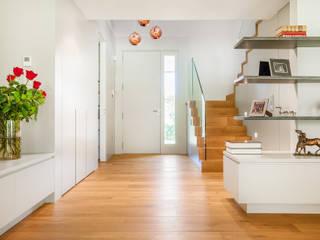 Pasillos, vestíbulos y escaleras modernos de Tarimas de Autor Moderno Madera Acabado en madera