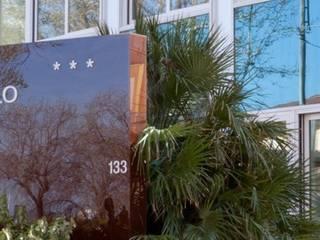 Hotel Cristallo: Ingresso & Corridoio in stile  di Studio A.I.R.