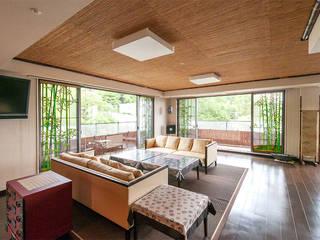 対角からの全景: マルグラスデザインスタジオが手掛けたバルコニー&ベランダ&テラスです。