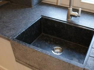 Blat kuchenny, zlew i ściana wykonana z kamienia, granitu 'Steel grey' Klasyczna kuchnia od Stone Mason I Sp. z o.o. Klasyczny