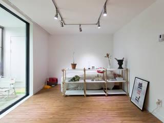 Ruang Keluarga oleh 매트그라퍼스, Modern