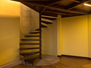 Baño Mezzanine SDHR Arquitectura Pasillos, vestíbulos y escaleras modernos Hierro/Acero Marrón