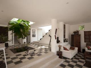 Pisicina y Fachada Posterior. Jardines de estilo moderno de SDHR Arquitectura Moderno Azulejos