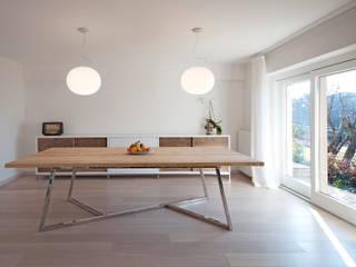 Casa in collina moderno Modern dining room by Laboratorio Modern