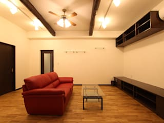 住まいを織る: 有限会社横田満康建築研究所が手掛けた折衷的なです。,オリジナル