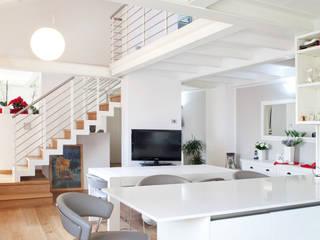 Appartamento duplex a Bologna: Soggiorno in stile  di senzanumerocivico