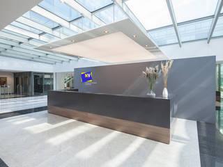 Niederösterreichische Versicherung Zentrale destilat Design Studio GmbH Moderne Bürogebäude Grau