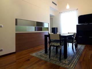 Appartamento DC - riqualificazione architettonica di piccoli spazi abitativi: Sala da pranzo in stile  di studioIDEAM