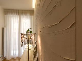 Parete decorata soggiorno: Sala da pranzo in stile  di Bartolucci Architetti