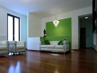 Appartamento BR - appartamento moderno per una giovane coppia: Soggiorno in stile  di studioIDEAM
