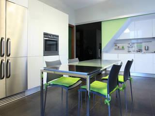 Appartamento BR - appartamento moderno per una giovane coppia: Sala da pranzo in stile  di studioIDEAM