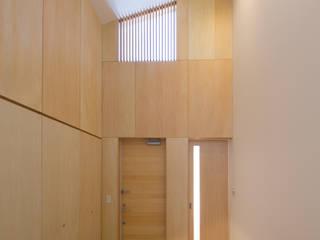 アトリエ24一級建築士事務所 Modern Corridor, Hallway and Staircase