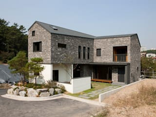 용인 보정동 사랑방을 둔 ㄱ자집: 리슈건축 의  주택