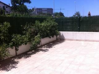 Estado inicial de la terraza:  de estilo  de LASUMA paisajistak