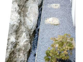 Colocación de las gravas: Jardines de estilo  de LASUMA paisajistak
