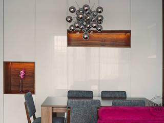 Grochów: styl , w kategorii Salon zaprojektowany przez Studio R35
