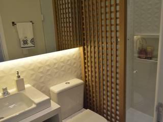 Apartamento 73m²: Banheiros  por Fabiana Rosello Arquitetura e Interiores