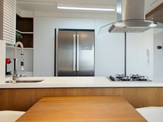Modern kitchen by Joana & Manoela Arquitetura Modern