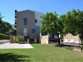 Villa padronale con parco e piscina: Case in stile  di studioIDEAM