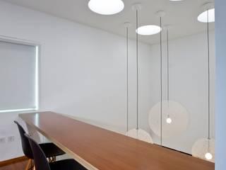 Casa A.F. | atelier d'arquitectura J. A. Lopes da Costa: Escritórios e Espaços de trabalho  por Atelier Lopes da Costa,Moderno